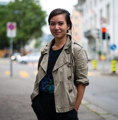 Wir bringen die Idee der erfolgreichen Website Humans of New York nach Zürich und schicken einen ehemaligen Streetworker auf die Strasse, die Menschen in der Stadt zu porträtieren. Mehr über das Projekt und den Fotografen erfahren Sie in diesem Artikel.