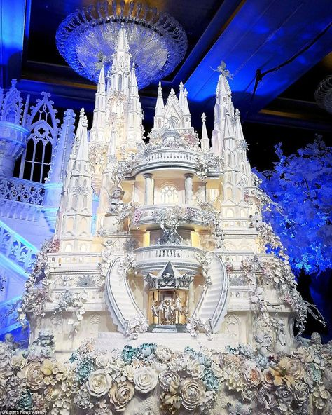 Are these the most elaborate wedding cakes of all time? This fairytale castle wedding cake features incredible sugar work detail, … Huge Wedding Cakes, Castle Wedding Cake, Extravagant Wedding Cakes, Amazing Wedding Cakes, Wedding Cake Toppers, Amazing Cakes, Castle Cakes, Extreme Wedding Cakes, Crazy Cakes