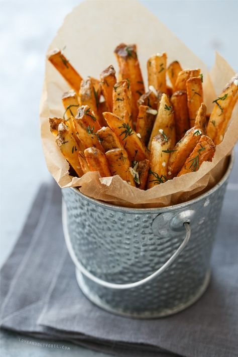 Learn the secret to crispy homemade french fries. Toss with fresh garlic dill and sea salt for extra flavor! Learn the secret to crispy homemade french fries. Toss with fresh garlic dill and sea salt for extra flavor! I Love Food, Good Food, Yummy Food, Homemade French Fries, French Fries Recipe, Homemade Chips, Homemade Recipe, Soup Appetizers, Gastronomia
