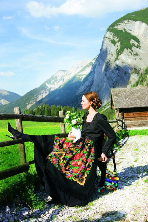 burda style, Schnittmuster Dirndl - Langärmelige Bluse aus Batist, Nr. 116 B aus 09/2011 - Foto: Michael Munique