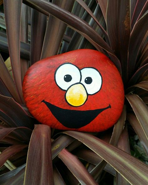 Elmo painted rock    How to make easy DIY painted rocks for kids. These simple ideas are easy enough for kids to paint. Perfect for both boys and girls. Learn how to make more than 20 different awesome rock painting projects kids will love.  #crafts #painting #rockart #paintedrocks #rockpainting #ilovepaintedrocks