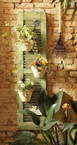Reusa Una Vieja Persiana Ideal Para Decorar Un Jardin O Terraza Pequena Garden Inspiration Backyard Garden Garden Art