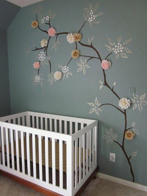 bemalte Wand mit einem Baum und geklebten Blumen