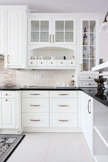 Kuchnia W Stylu Angielskim Z Czarnymi Dodatkami Kamienne Blaty Podszafkowy Kitchen Room Design American Kitchen Design Luxury Kitchen Design