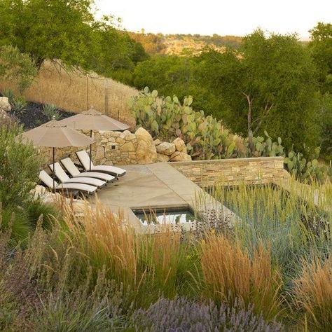 hanggarten gestalten pool sonnenterrasse sonnenliegen stützmauer - garten mit pool gestalten