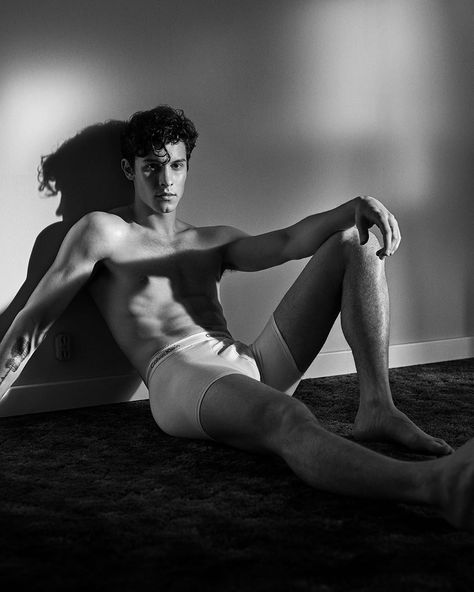 20 year old Canadian heartthrob singer Shawn Mendes is seen in more of his seductive snaps for the Calvin Klein Underwear Campaign. Mario Sorrenti, Shawn Mendes Shows, Shawn Mendes Shirtless, My Calvins, Men Photoshoot, Calvin Klein Underwear, Calvin Klein Men, Gisele, Pretty Boys