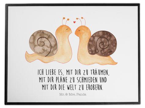 Schreibtischunterlage Schnecken Liebe aus Kunststoff  Schwarz - Das Original von Mr. & Mrs. Panda.  Die Schreibtischunterlage wird in Deutschland exklusiv für Mr. & Mrs. Panda gefertigt und ist aus hochwertigem Kunststoff hergestellt. Eine ganz tolle Besonderheit ist die einzigartige Einlegelasche an der Seite, mit der man das Motiv kinderleicht gegen andere Motive von Mr. & Mrs. Panda tauschen kann.    Über unser Motiv Schnecken Liebe  Liebe, Verliebt, Verlobt, Verheiratet, Partner, Freund, Fre