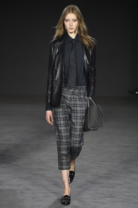 See the complete Daks Fall 2017 Ready-to-Wear collection.