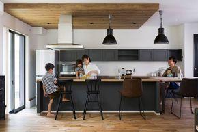 古材で造ったダイニングテーブルに合わせてキッチン カウンターの色やデザインを決めたため まるでつながっているかのような一体感 構造上下げる必要があった天井は 木目調にして空間のアクセントに 小さな キッチン収納 リビング キッチン 小さなキッチンの整理
