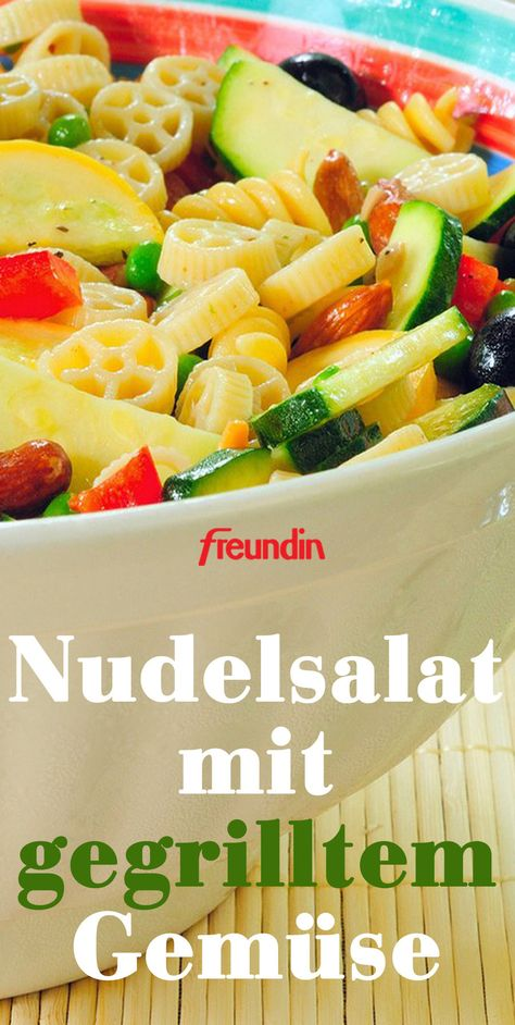 Hier hat sich ein Überraschungsgast eingeschlichen! Würziges Grillgemüse verleiht dem Nudelsalat mediterranes Flair