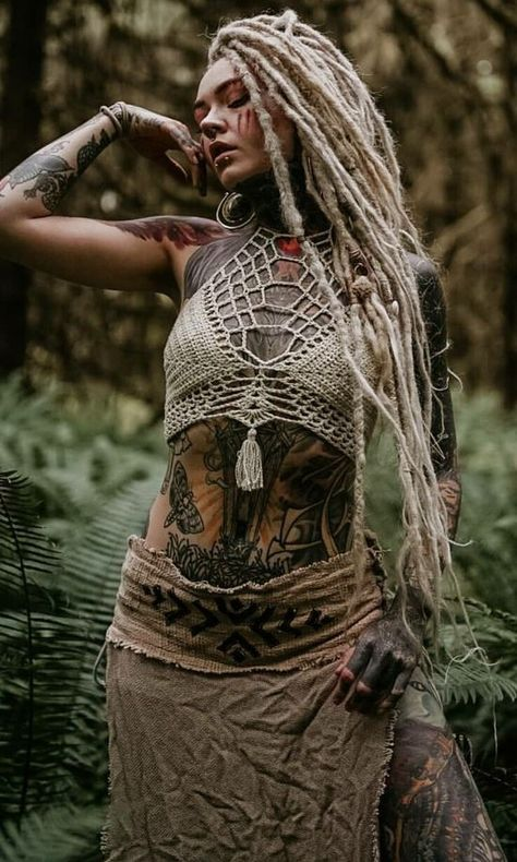 It is confused with nature- Se confunde con la naturaleza It is confused with nature - Goa Style, White Girl Dreads, Pelo Rasta, Dreadlocks Girl, Dread Hairstyles, Black Hairstyles, Wedding Hairstyles, Maquillage Halloween, Fantasy Women