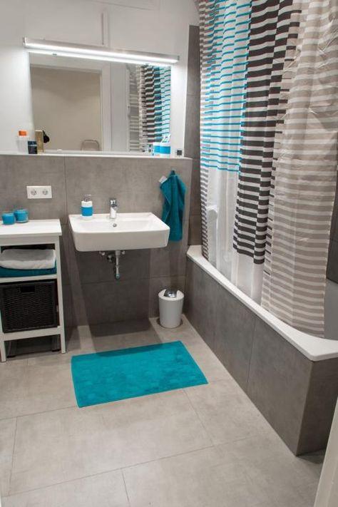 Graue Fliesen Graue Badewanne Blaue Akzente Durch Teppich Und Handtucher Badezimmer Einri Badezimmer Mit Dusche Badezimmer Einrichtung Badezimmer Akzente