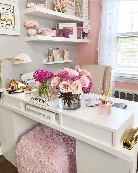 25 Chic Office Desk Arrangements You Need to Copy Now Vol / 25 Chic Office Desk Arrangements You Need to Copy Now vol Get inspired to design your own chic office desk. Twenty five chic office desk ideas you need to copy now. Home Office Space, Office Workspace, Home Office Design, Home Office Decor, Office Style, Pink Office Decor, Pink Gold Office, Office Designs, Small Office Decor