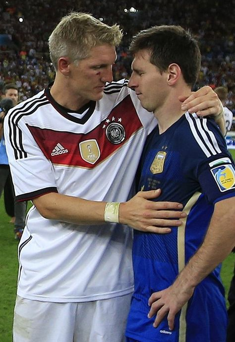 FIFA World Cup 2014 - Alemania 1 Argentina 0 (7.13.2014) - El Nuevo Herald Germany's midfielder Bastian Schweinsteiger (L) embraces Argentina's forward and captain Lionel Messi during extra-time in the final football match between Germany and Argentina for the FIFA World Cup at The Maracana Stadium in Rio de Janeiro on July 13, 2014. ADRIAN DENNIS / AFP/Getty Images