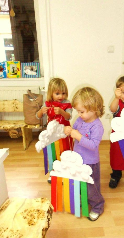 Mobiles de nube con el arcoiris. Los niños pueden fabricar su propio mobil , para aprender desde el ciclo del agua hasta las formas geométricas y colores. Las formas de las nubes las deciden ellos, recortan y colorean ellos.