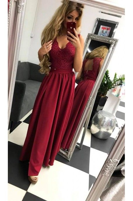 8ea7c854795 Piękna długa suknia z koronkową górą. Tył zapinany na zamek i guziczek.  Modelka posiada