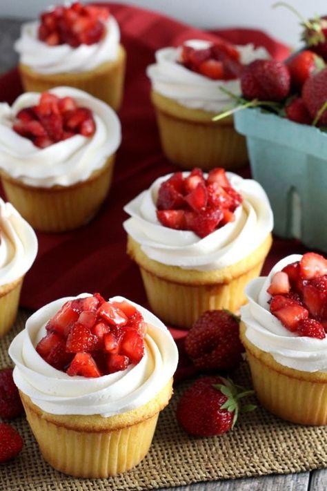 15 extra creamy vanilla cupcakes that you can easily make yourself .- 15 extra cremige Vanille-Cupcakes, die Sie leicht selbst herstellen können – Dessert Rezepte 15 extra creamy vanilla cupcakes that you can easily make yourself # creamy - Just Desserts, Delicious Desserts, Dessert Recipes, Yummy Food, Easter Recipes, Dessert Ideas For Party, Summer Desserts, Strawberry Shortcake Cupcake, Strawberry Cheesecake Cupcakes