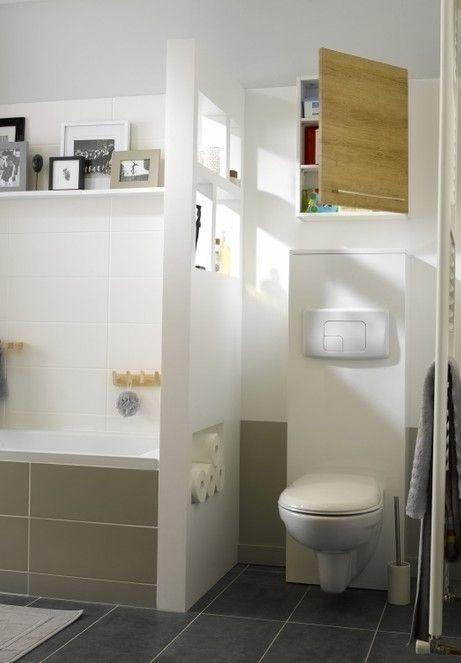 WC blanc dans la salle de bains avec séparation | Salle de ...