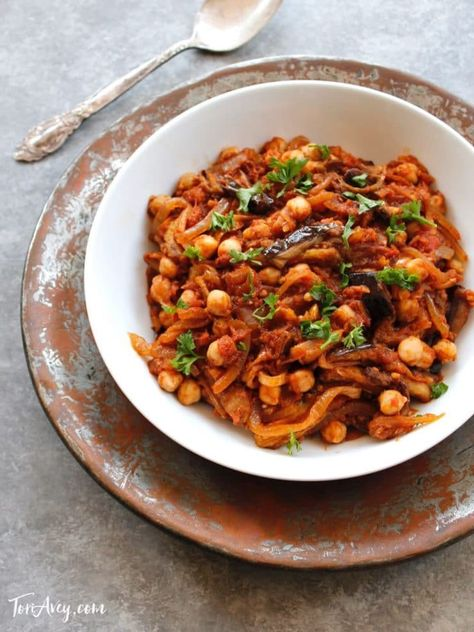 Mnazaleh | ToriAvey.com- Easy, healthy Middle Eastern vegan recipe with chickpeas, tomato, eggplant and onions. Traditional Druze family cooking. #EasyRecipe #HealthyRecipe #VeganRecipe #DruzeCooking #FamilyRecipe #vegan #veganfood #healthyfood #eatclean #eggplantrecipe #chickpearecipe #eggplant #chickpeas #vegetarian #vegetarianfood #dinnerrecipe #simplerecipe #simpledinnerrecipe