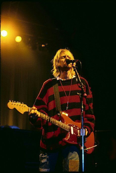 Kurt Cobain at Roseland Ballroom (New Music Seminar), New York, NY. July Kurt overdosed on heroin minutes before the show, but was revived and able to play. Nirvana Kurt Cobain, Kurt Cobain Photos, Kurt Cobain Style, Kurt Cobian, Donald Cobain, Scott Weiland, Estilo Grunge, Music Aesthetic, Dave Matthews Band