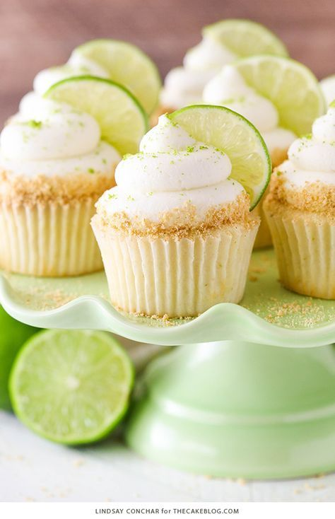 cupcakes rezepte Key Lime Cupcakes - light, fluffy cupcakes full of key lime flavor! With lime juice and zest, topped with a tangy sweet lime frosting and graham cracker crumbs. Cupcakes Cool, Fluffy Cupcakes, Spring Cupcakes, Easter Cupcakes, Amazing Cupcakes, Graham Crackers, Graham Cracker Crumbs, Cupcake Flavors, Cupcake Recipes