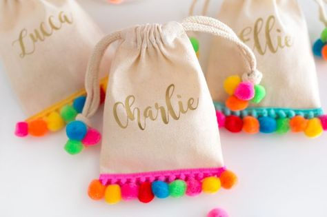 A collection of the best Creative Goodie Bag Ideas for Kids Birthday Parties including a flamingo bag, pom pom goodie bag, & shark and mermaid treat bags! Goody Bags, Party Favor Bags, Treat Bags, Favor Boxes, Goodie Bags For Kids, Favor Favor, Favours, Soirée Pyjama Party, Llama Birthday