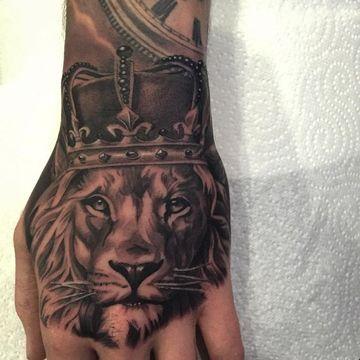 Diseños realistas de tatuajes de leones en la mano