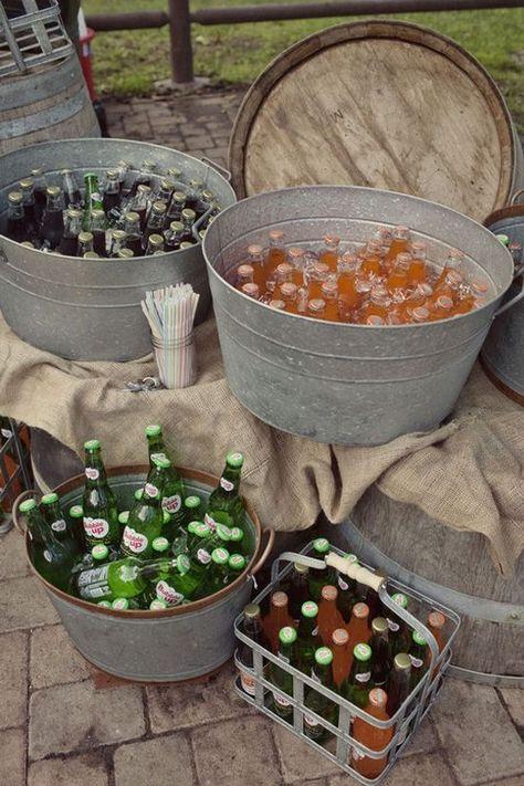 Un espace cocktail cosy et champêtre Misez sur des ballots de paille, des draps posés sur le sol, des troncs d'arbre… pour une décoration...