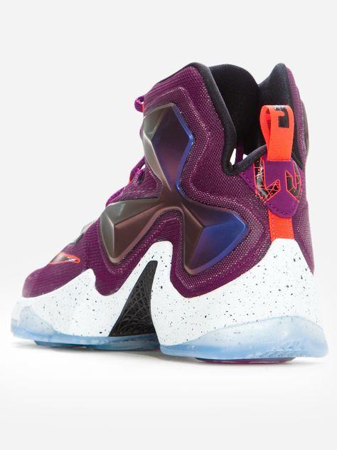 Zobacz Lebron XIII Mulberry Black Pure Platinum Vivid Purple marki Nike w kategorii Buty w UrbanCity.pl! Buty sportowe marki Nike. Materiał: materiały syntetyczne, materiały tekstylne Męskie buty do koszykówki LeBron XIII to lekki, wygodny i wytrzymały  model, w którym zastosowano niezwykle duże poduszki gazowe Nike Zoom  Air, aby umożliwić maksymalną dynamikę na boisku. Cztery niskoprofilowe poduszki Nike Zoom Air w przedniej części stopy i  dwie poduszki Nike Zoom Air o wysokości 13 mm w…