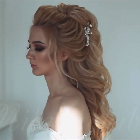 Do you wanna see more fab hairstyle ideas and tips for your wedding? Then, just visit our web site babe! #hairtutorial #braidtutorials #hairvideo #videotutorial #updotutorial #updoideas #weddinghair #bridalhair #braidedUpdos