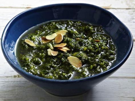 Rezept für vier PersonenZubereitung:50 g Mandeln rösten, mit 2 Bunden Basilikum, 100 ml Brühe, Meersalz, Pfeffer pürieren.30 g geriebenen