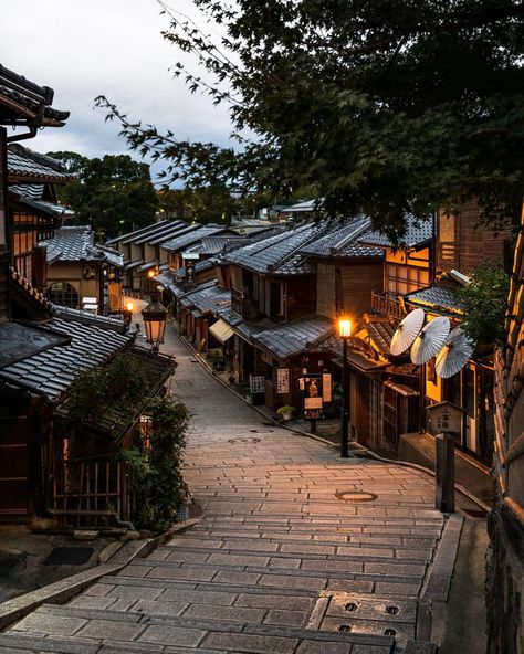 Kyoto Japan - Architecture and Urban Living - Modern and Historical Buildings - City Planning - Travel Photography Destinations - Amazing Beautiful Places Places To Travel, Places To Visit, Aesthetic Japan, Japanese Streets, Japanese Architecture, Kyoto Japan, Japan Japan, Okinawa Japan, Cozy Place