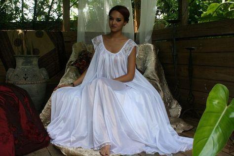 39fb65121f4 En franchissant les pierres dans le jardin au clair de lune elle tenu la  robe de