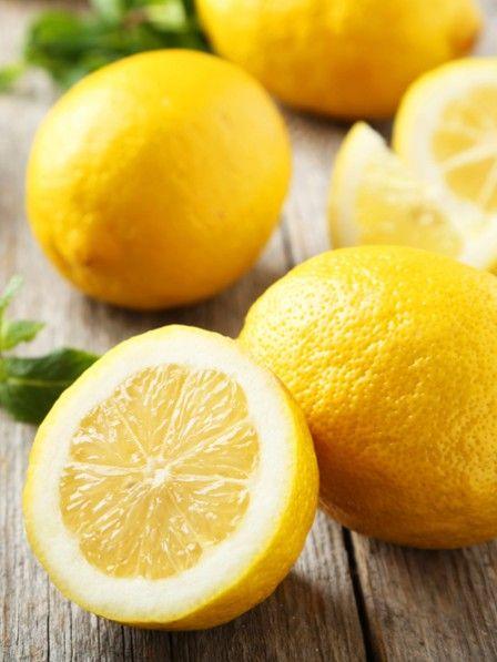 Zitronen-gegen-Magen-DArm-Grippe Magen-Darm-Grippe  Spontane Übelkeit und starker Durchfall - eine Magen-Darm-Grippe ist nicht nur unangenehm, sondern auch extrem hartnäckig. Schon eine winzige Menge der Erreger auf Türklinken und Möbel reicht aus, um sich mit dem Infekt anzustecken. Das Gefährliche: Noroviren haften oft monatelang auf Spielzeug und Lebensmitteln - sie überleben selbst Temperaturen bis minus 20 und plus 60 Grad.
