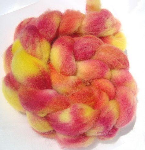 Handgefärbter Suffolk-Merino Kammzug zum Spinnen oder Filzen.  Gefärbt mit Säurefarben.  Gewicht ca. 88 gr.    Wolle ist ein besonderes und empfindlic