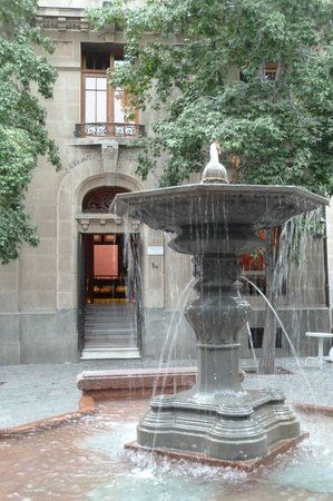 Der Brunnen Auf Dem Platz Dahinter Eingang Zully Stadtbrunnen