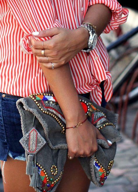Pochette ethnique + chemise rayée + accumulation de bagues = le bon mix (blog Sincerely Jules)
