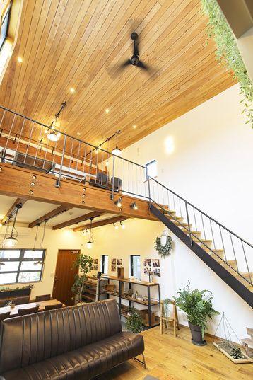 杉のバラ板を天井に貼った吹抜けのあるリビングスペース リビング 吹き抜け インテリア 住宅 天井