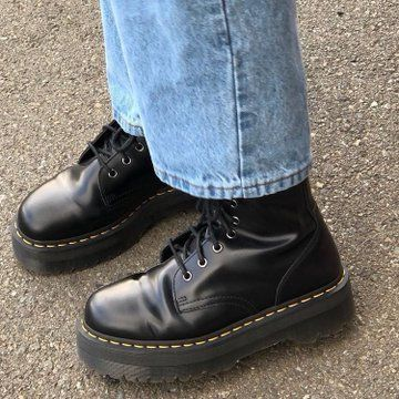 Doc Martens have been in style for almost 60 years, discover what made them so popular. We also discuss how to wear them in style! Dr Shoes, Sock Shoes, Cute Shoes, Me Too Shoes, Oxford Shoes, Indie Outfits, Punk Outfits, Grunge Outfits, Aesthetic Shoes