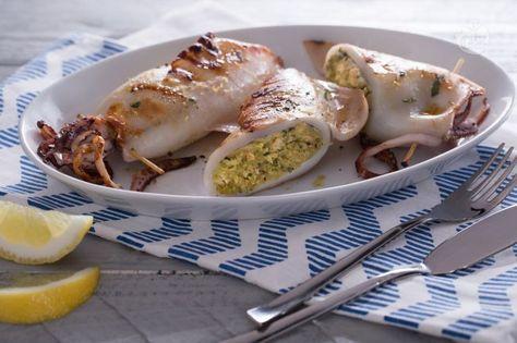I calamari alla griglia, un appetitoso secondo di mare: dorati all'esterno e ripieni con un composto di pane e basilico profumato al limone.