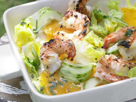 Garnelen auf Gurken-Orangen-Salat - mit Orangen-Limetten-Sauce - smarter - Kalorien: 180 Kcal - Zeit: 20 Min.   eatsmarter.de Ein erfrischender und fruchtiger Salat.