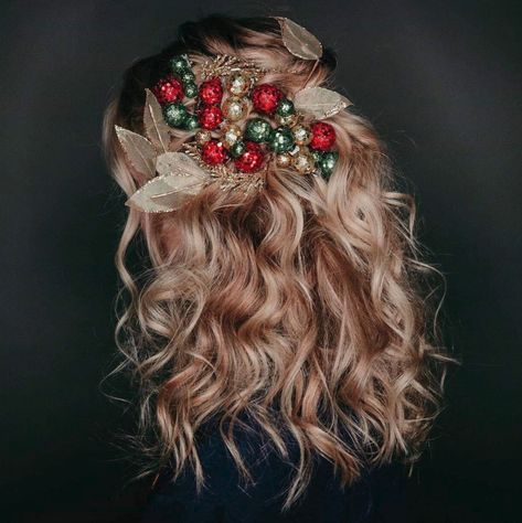 Kérastase Holiday Hair ✨ Holiday hair by using Elixir Ultime Hair Oil Vintage Hairstyles, Wedding Hairstyles, Cool Hairstyles, Wedding Updo, Silver Ombre Hair, Natural Wavy Hair, Quinceanera Hairstyles, Soft Curls, Christmas Hairstyles