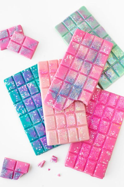 Edible Glitter Chocolate Bars (+ A Guide to Actual Edible Gl.- Edible Glitter Chocolate Bars (+ A Guide to Actual Edible Glitter) – Studio DIY Edible Glitter Chocolate Bars - Kreative Desserts, Delicious Desserts, Yummy Food, Unicorn Foods, Rainbow Food, Edible Glitter, Aesthetic Food, Cute Food, Food Cravings