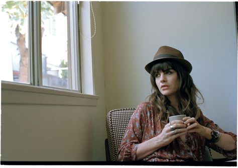 sombrero+camisa floreada+anilloS