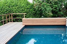 Der Swimmingpool Angenehme Erfrischung Und Luxus In Heissen Sommertagen Holzterrasse Dachgarten Garten