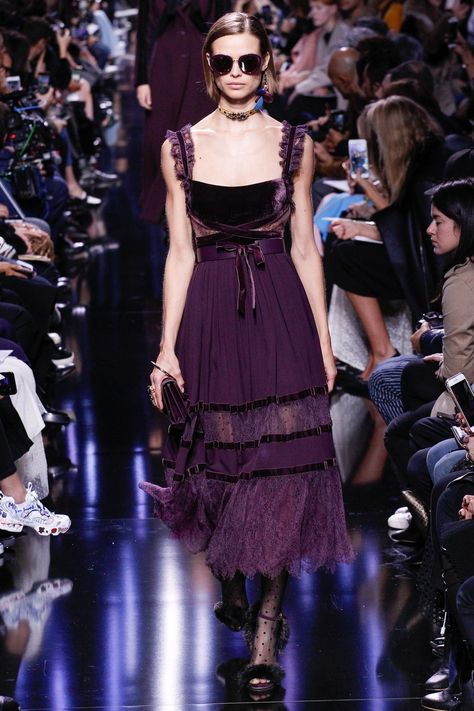 Elie Saab Fall 2017 Ready-to-Wear collection, runway looks, beauty, models, and reviews.