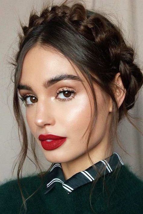 Crown Braid Hairstyle With Red Lips Makeup Want your hair and makeup scream about romance this Valentine's day? Dive in our gallery to see the latest ideas! Simple styles and natural makeup looks, eye-catching vintage makeup ideas for… Red Lip Makeup, Eye Makeup, Hair Makeup, Makeup Hairstyle, Prom Makeup, Makeup Set, Beauty Make-up, Beauty Hacks, Hair Beauty