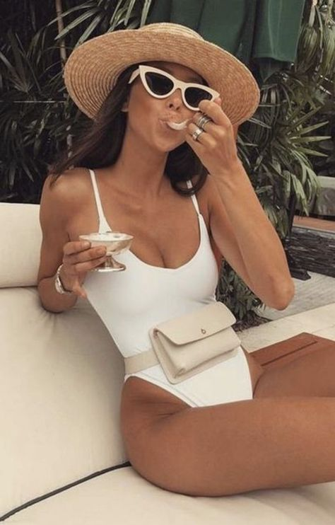 one piece swimsuit + fanny pack + retro sunglasses + straw hat outfits for the beach Outfit Strand, Pool Party Outfits, Las Vegas Pool Party Outfit, Party Outfit Summer, Pool Party Fashion, Miami Beach Fashion, Dress Summer, Kylie, White One Piece