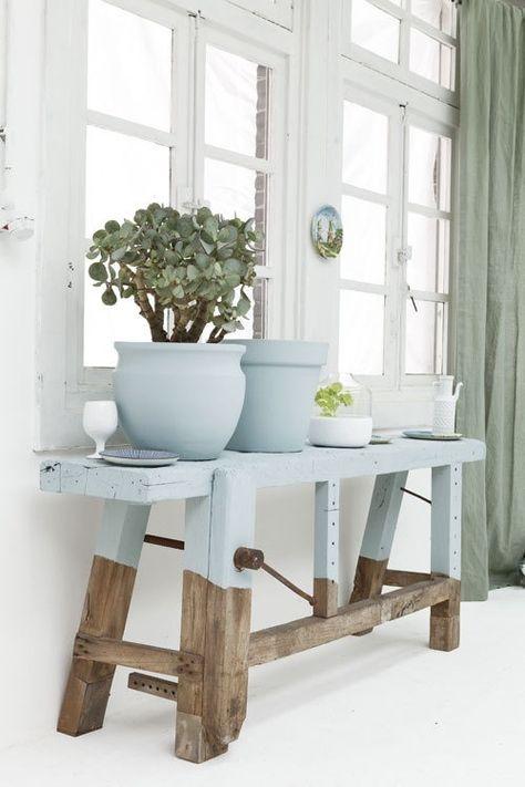 La técnica Half Painted aplicada a un mueble de madera sin tratar. A veces se pinta la parte inferior de las patas en un corte horizontal, a veces la parte superior de la silla o mesa/mesita, otras veces de forma irregular. Idea #DIY de @Decoración de Interiores #decoracion