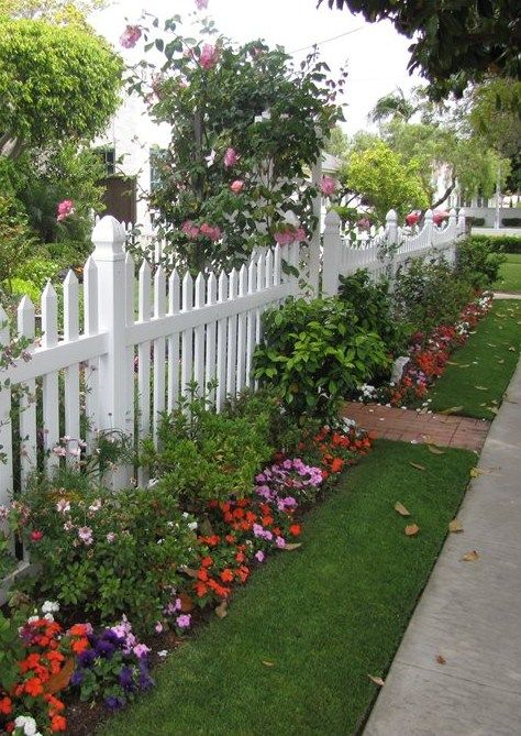 20 Cheap Privacy Fence Design And Ideas Diy In 2020 Fence Landscaping Side Yard Landscaping Picket Fence Garden